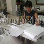 Proses jahit pembuatan goodie bag di perdana