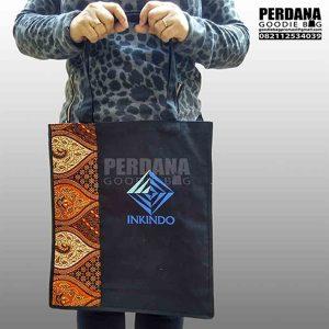 tas bahan kanvas kombinasi batik dan sablon Q3312