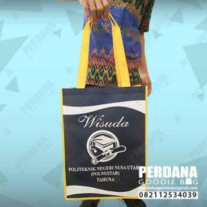 contoh tas souvenir wisuda bahan spunbond di Manado by Perdana id4175